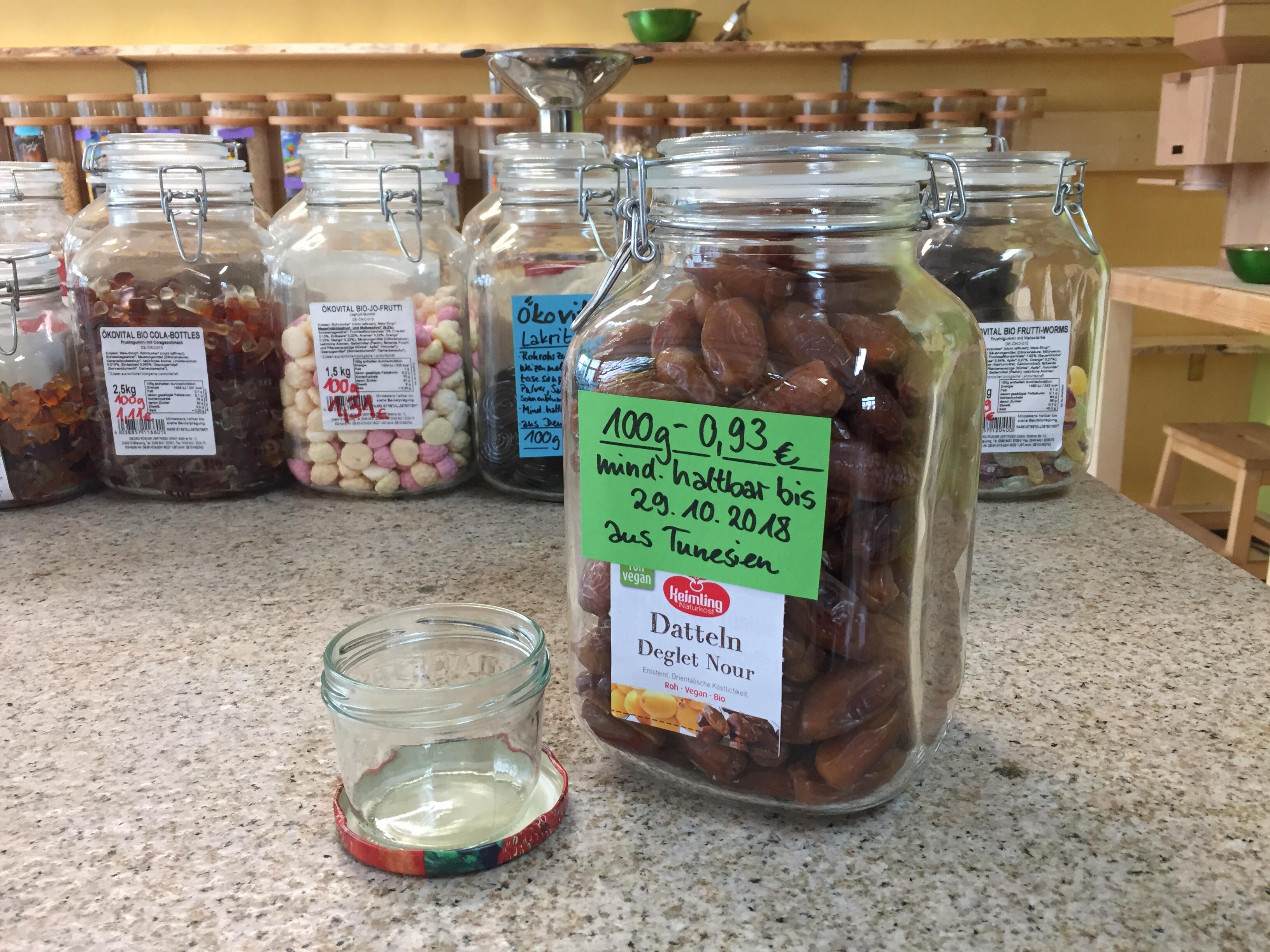 Eine Großpackung - hier für den Konsumenten ins Glas gefüllt - ersetzt viele kleine Einzelpackungen